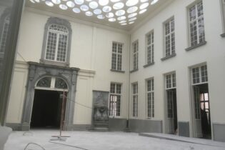 "CONVERSION OF A BANK TO A SHOPPING CENTER ""OSTERRIETHHUIS"""